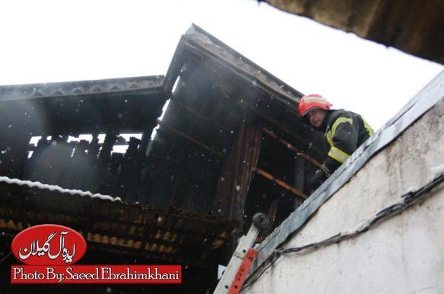گزارش تصویری/عملیات اطفا حریق در سرمای برف-تلاش ۳۹ آتش نشان در پی آتش سوزی خانه ویلایی