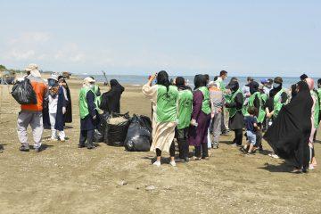 پاکسازی نوار ساحلی طالب آباد منطقه آزاد انزلی با مشارکت مردمی
